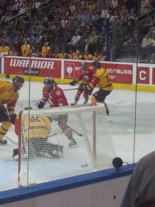 Der schwedische Goalie Mikael Tellqvist hat gerade einen Schuss der Eisbären pariert. (Foto: eisbaerlin.de/walker)