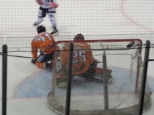 Hier schlägt gerade der Puck zur 1:0-Führung der Eisbären Berlin ein. Sven Ziegler hatte abgezogen. (Foto: eisbaerlin.de/Walker)
