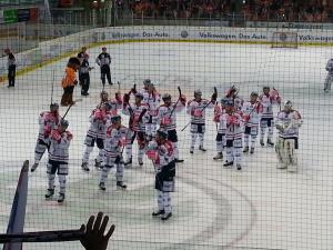 Die Eisbären bedanken sich für die klasse Unterstützung bei uns Fans. Auch wir haben uns bei der Mannschaft für eine starke kämpferische Leistung bedankt. (Foto: eisbaerlin.de/Walker)