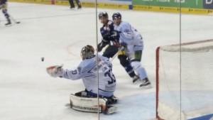 Straubing Goalie Matt Climie hat den Schuss der Eisbären sicher in der Fanghand. (Foto: eisbaerlin.de/walker)