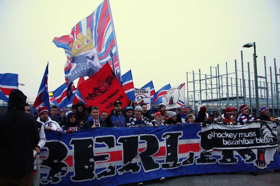 Die Eisbären-Fans bei ihrem Marsch zur Arena. Endlich wieder in bunten Farben.