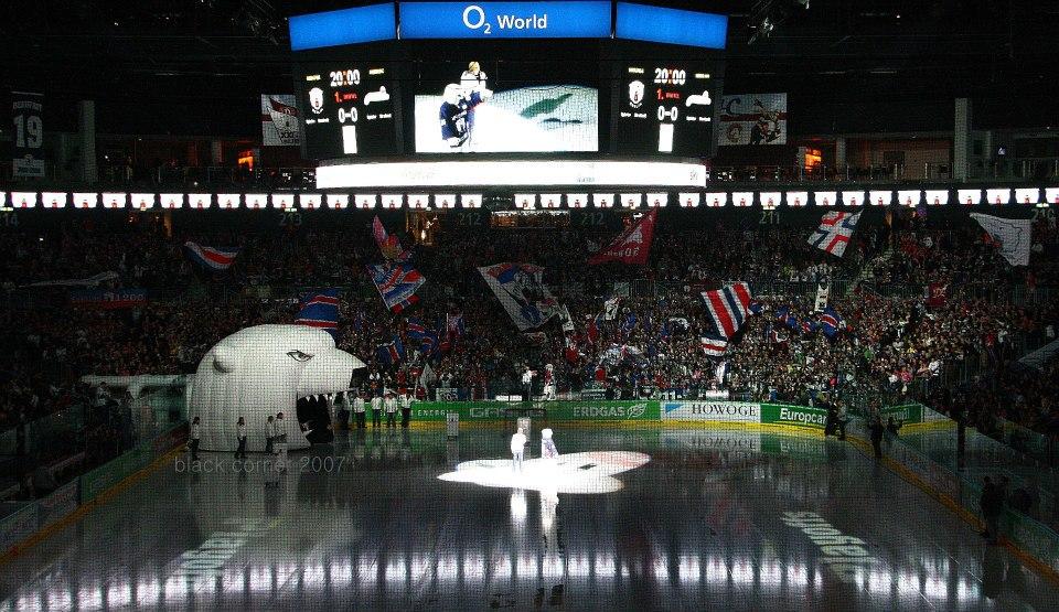 Die Fankurve kurz vorm Einlauf der Eisbären. Endlich wieder Stimmung in der Arena am Ostbahnhof.