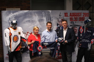 Sven Felski präsentiert sein Trikot sowie den Helm für das Abschiedsspiel im August. (Foto: eisbaerlin.de)