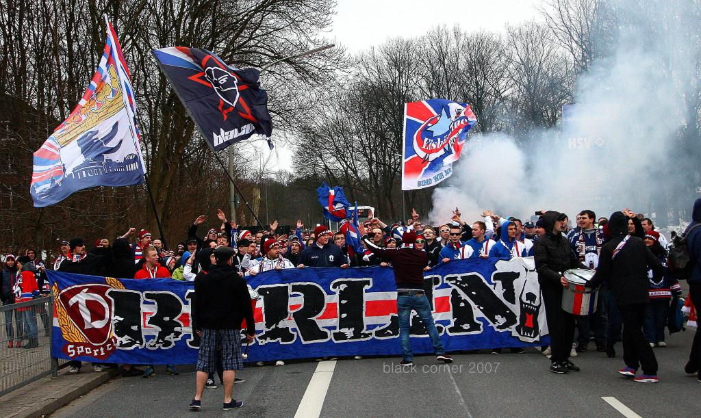 Die Fans auf dem Weg zur O2 World Hamburg. Wie immer gewohnt lautsark.