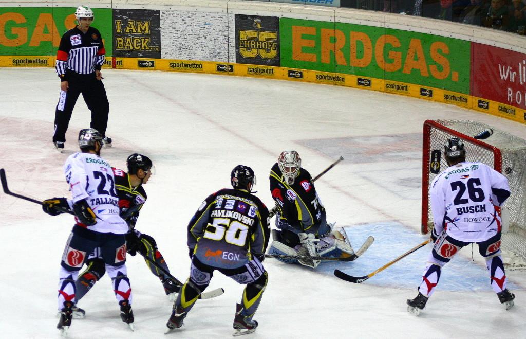 Das 2:0 für die Eisbären durch Barry Tallackson. (Foto: black corner 2007)