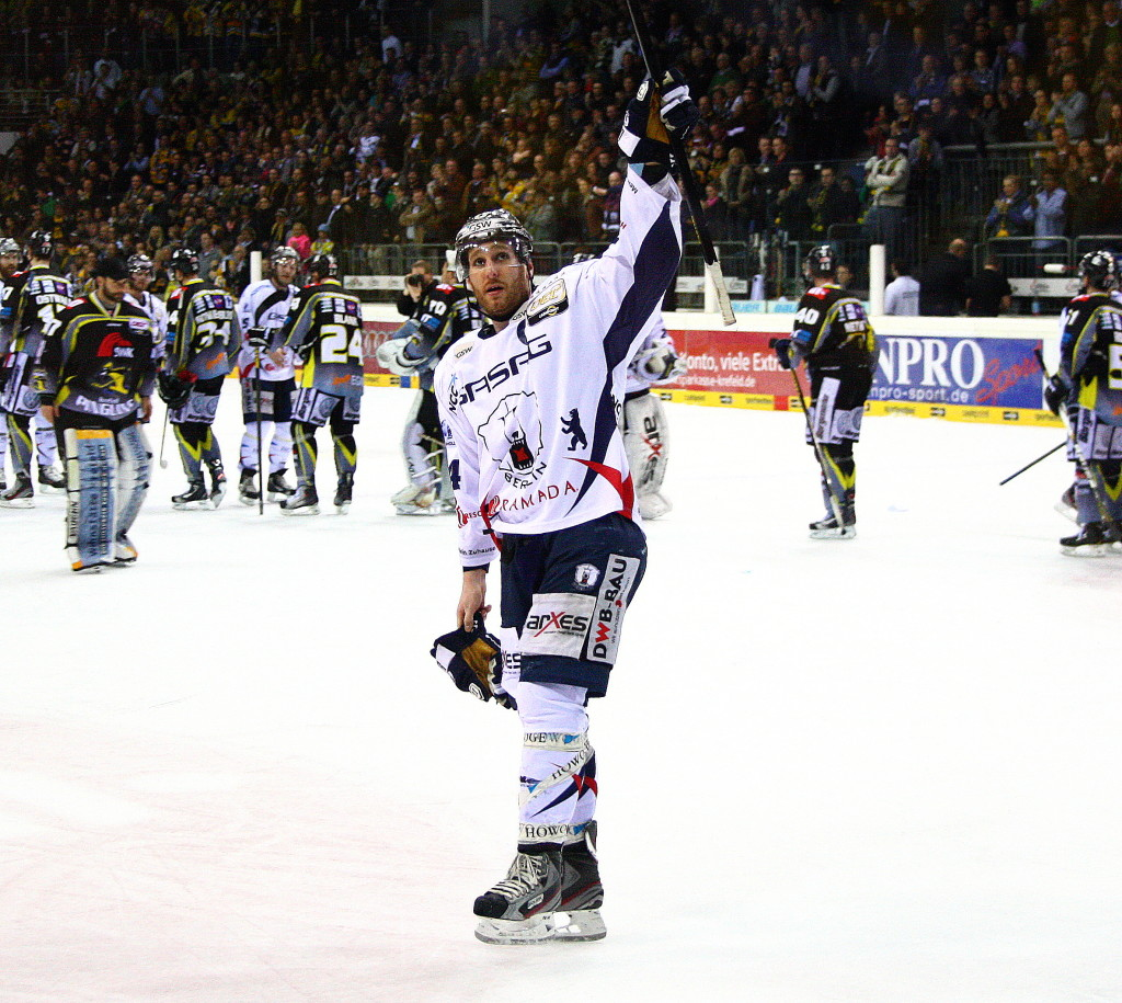Kapitän André Rankel bedankt sich nach dem Spiel bei den Eisbären-Fans für die Unterstützung. (black corner 2007)