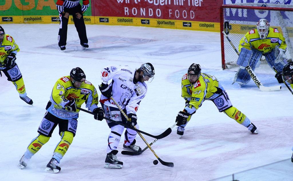 Eisbären-Stürmer Florian Busch kämpft verbissen um den Puck. (Foto: black corner 2007)