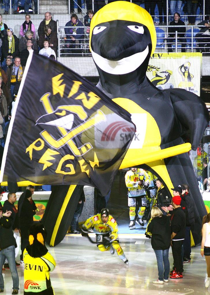 Die Krefeld Pinguine kommen auf das Eis. (Foto: black corner 2007)