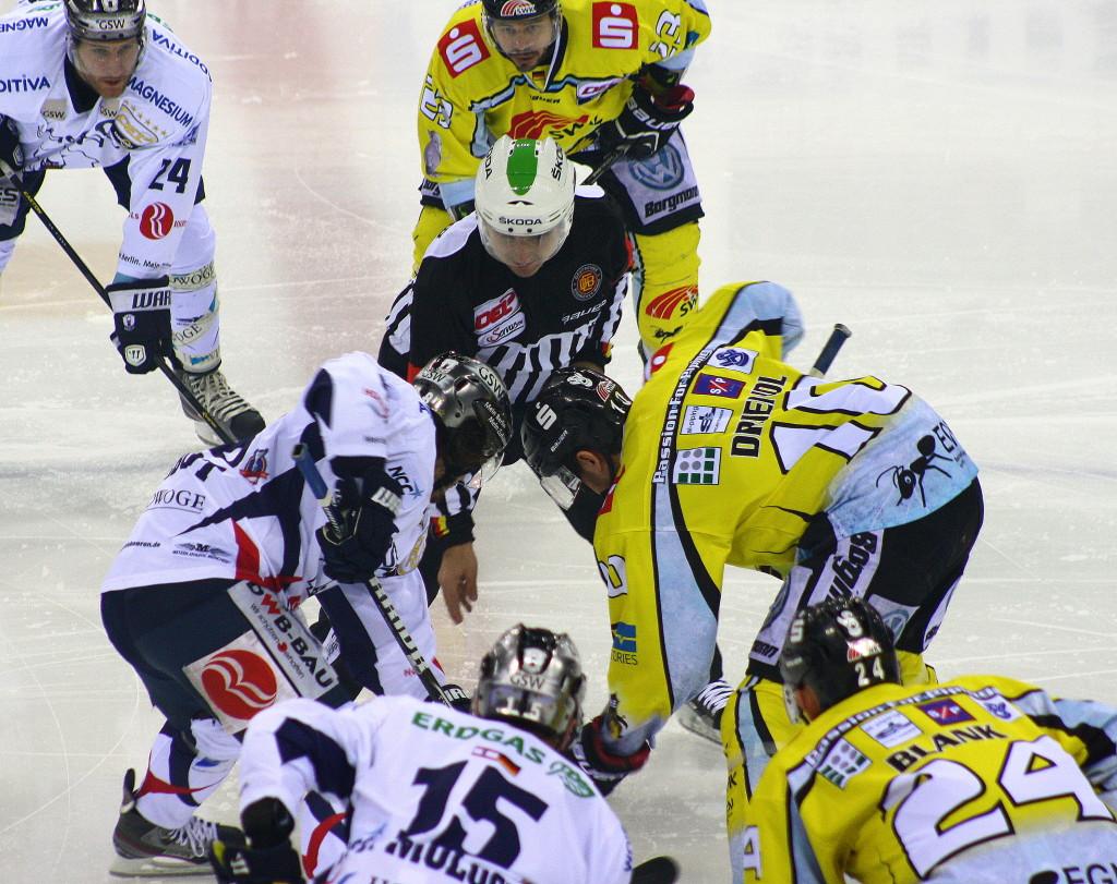 Bully zwischen Eisbär Julian Talbot (links) und Krefelds Andreas Driendl. (Foto: black corner 2007)