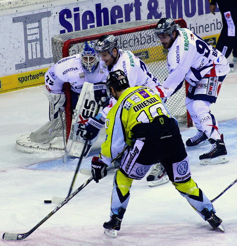 Eisbären-Kapitän André Rankel schirmt den Puck vor Krefelds Andreas Driendl ab. (Foto: black corner 2007)