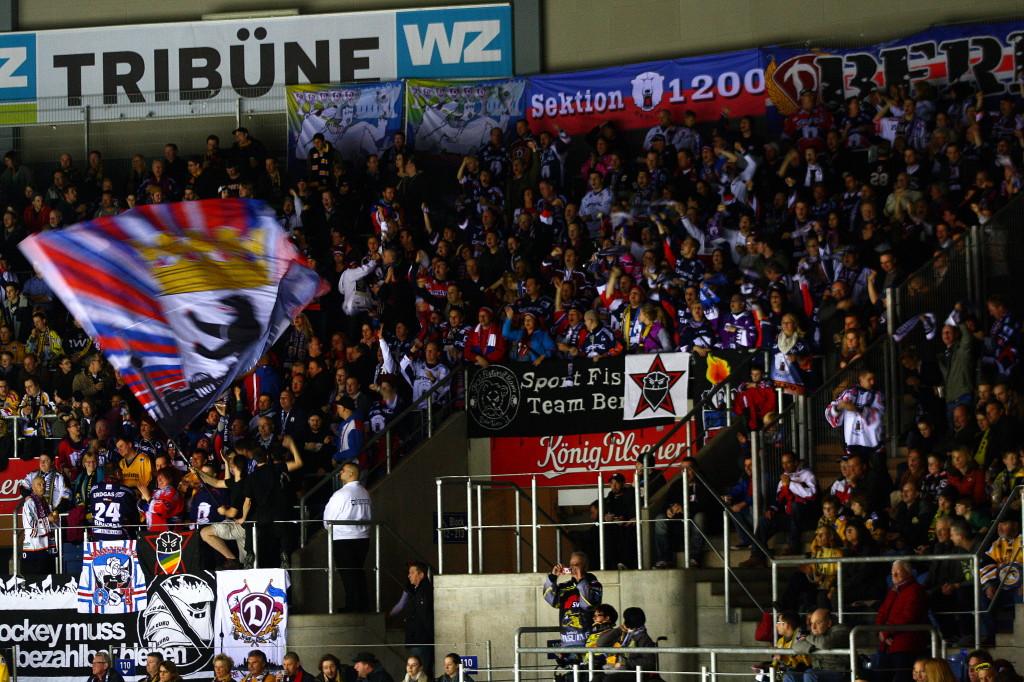 Der gut gefüllte Eisbären-Fanblock in Krefeld. (Foto: black corner 2007)