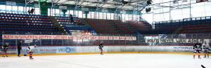 Zwei Spruchbänder erwarteten die Mannschaft, als sie auf das Eis kam. Man wollte den Spielern zeigen, dass man hinter Ihnen steht. (Foto: black corner 2007)