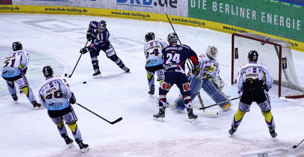 Hier erzielt Mads Christensen gleich das 1:0 für die Eisbären. (Foto: black corner 2007)